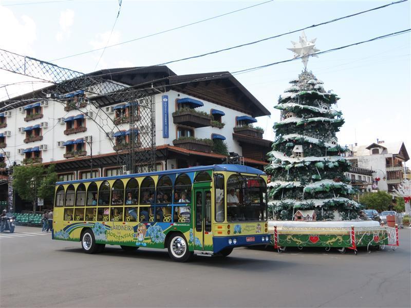 Ônibus da Jardineira das Hortênsias realizando o passeio pelo centro da cidade.