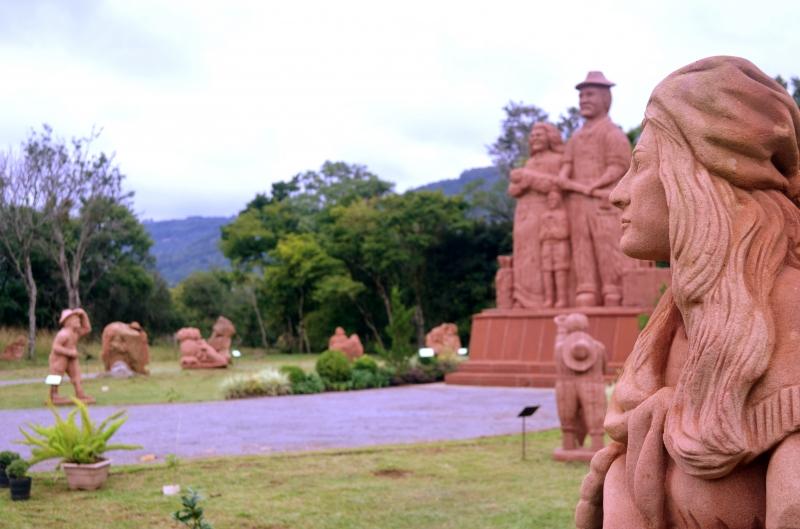 Imagem em Nova Petrópolis com várias esculturas