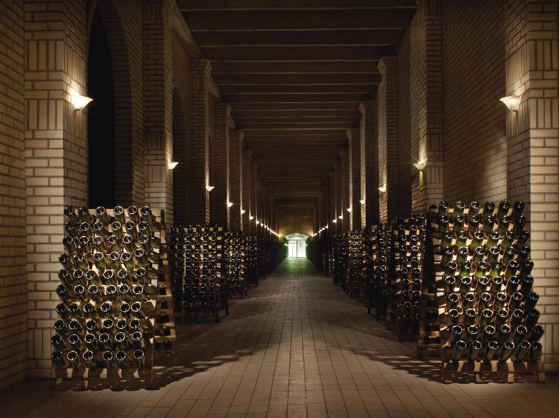 Imagem da Adega de Vinhos da Casa Valduga, com vários vinhos ao fundo