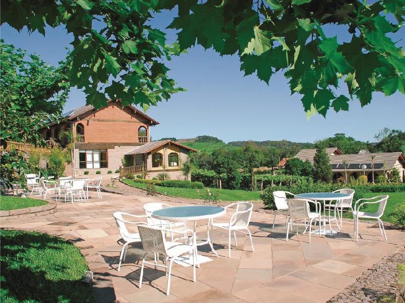 Foto da área exterior da Casa Valduga, com destaque para a área dos quiosques, cadeiras, etc.